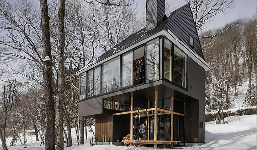 Los niveles interiores y exteriores de enclavamiento acercan la casa japonesa a la naturaleza
