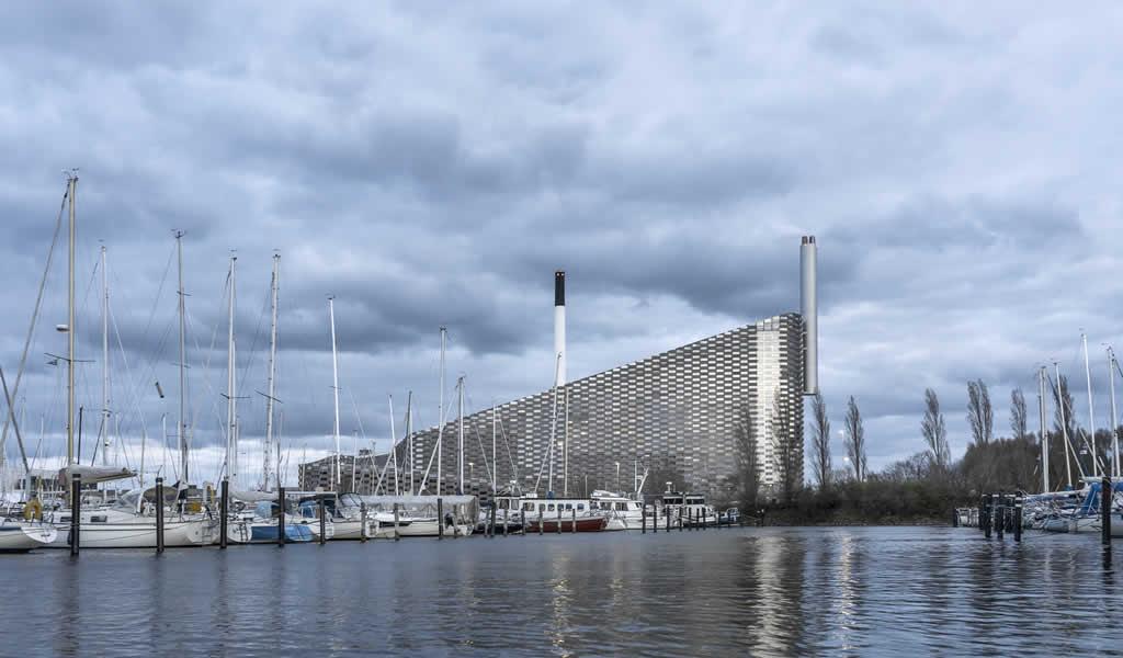 Avanza instalación de pista de esquí sobre emblemática central energética diseñada por BIG