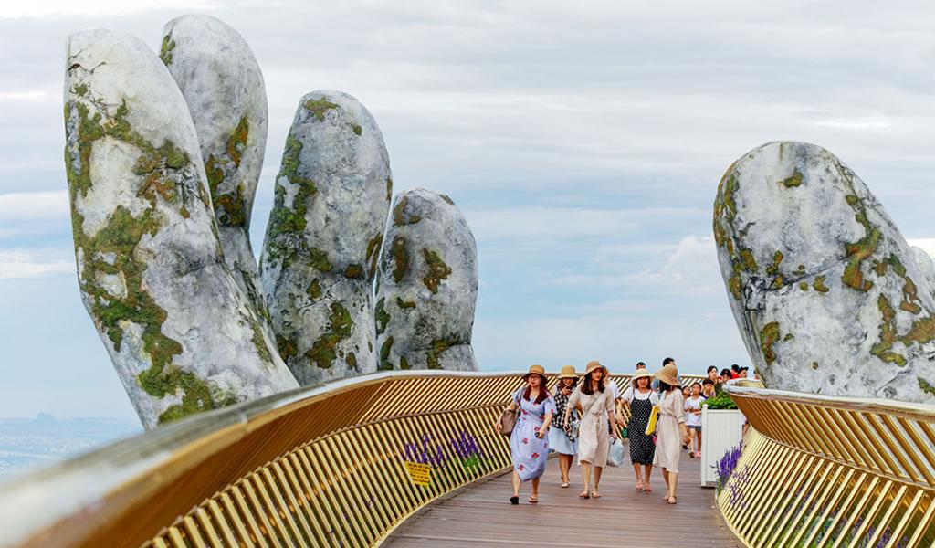 """Vietnam atrae al turismo con este puente """"suspendido"""" por un par de manos gigantes"""
