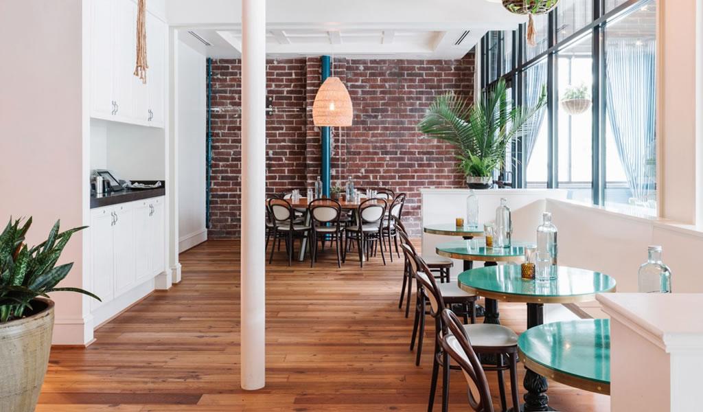 """Square Feet Studio opta por el interior """"náutico de repuesto"""" en el bar de ostras Atlanta"""