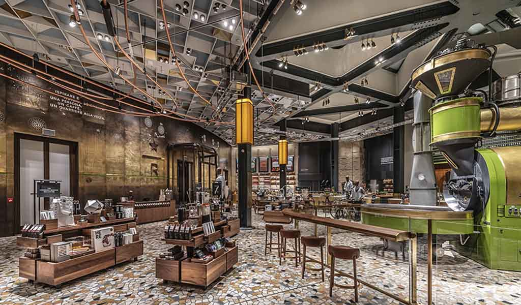 Vea los interiores renovados de la primera tienda de Starbucks en Italia, que abre sus puertas el viernes
