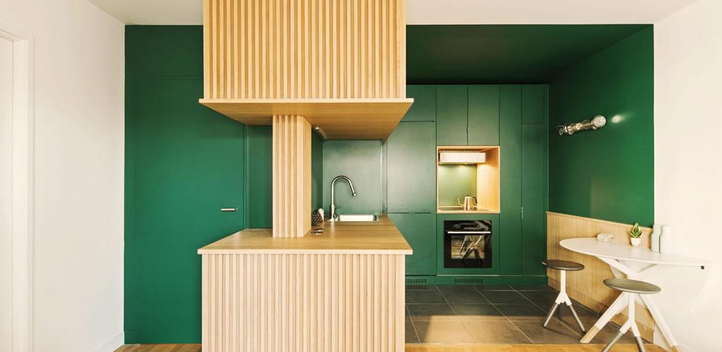 Atelier Sagitta incorpora una cocina verde esmeralda en un apartamento parisino
