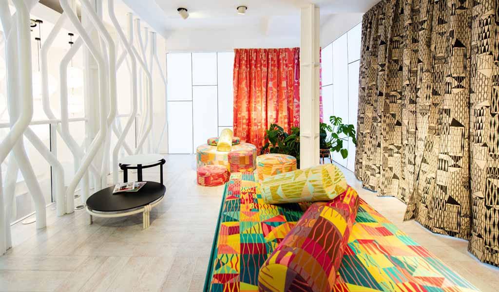 El showroom de Moroso en Londres, presentó una exposición de muebles y textiles de Bethan Laura Wood