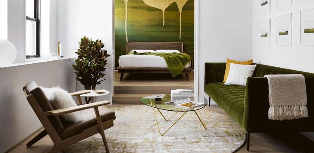 La pintura dorada gotea sobre un mural verde en Chelsea Pied-à-Terre por Stadt Architecture