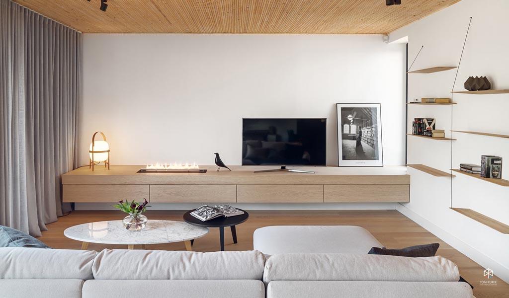 EV Architects diseña los llamativos interiores de esta casa de lago en Chyby, Polonia