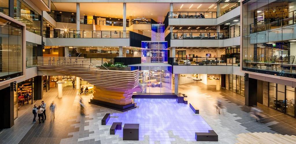 Gensler y RKD Architects crean una cascada digital para la sede de Microsoft Irlanda