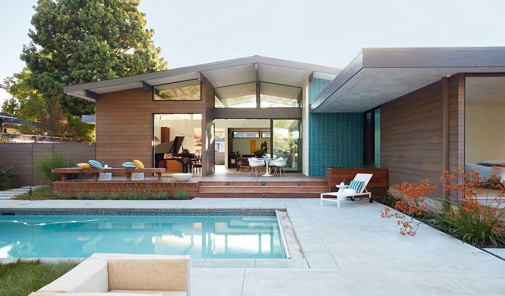 Una casa en Los Altos que ofrece una vida perfecta en el interior y exterior de California