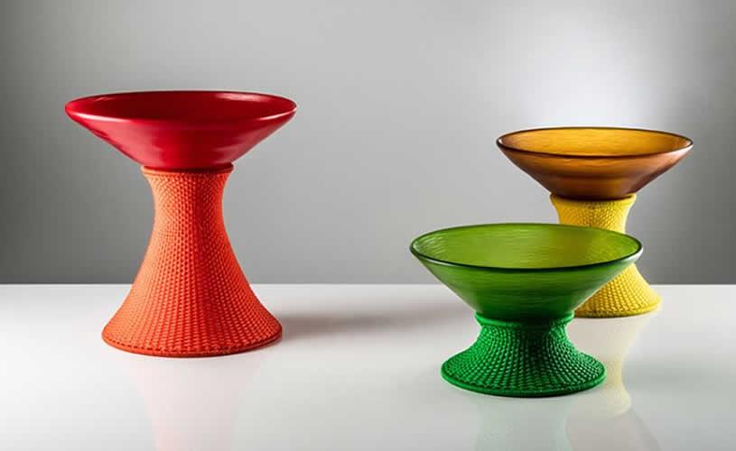Los vasos de marc thorpe para venini fusionan el cristal de murano con tejido senegalés