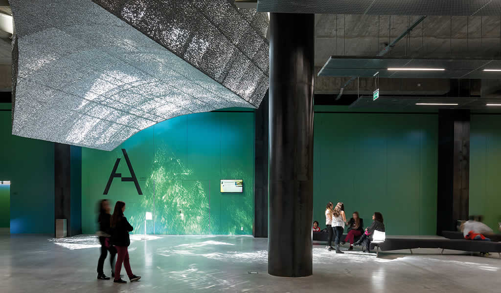 Fachadas de espuma de aluminio: arquitectura rica en textura, porosidad y brillo