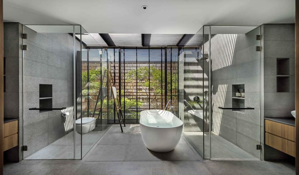 Baños abiertos: incorporando la brisa y la naturaleza en el espacio privado