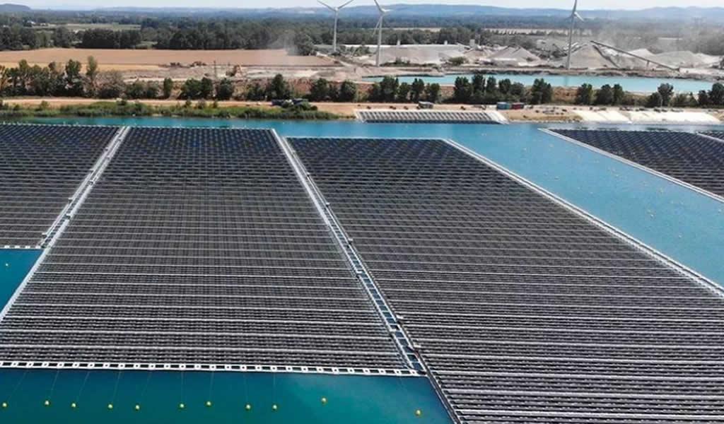 Las fotos del primer parque de paneles solares flotantes más grande de Europa
