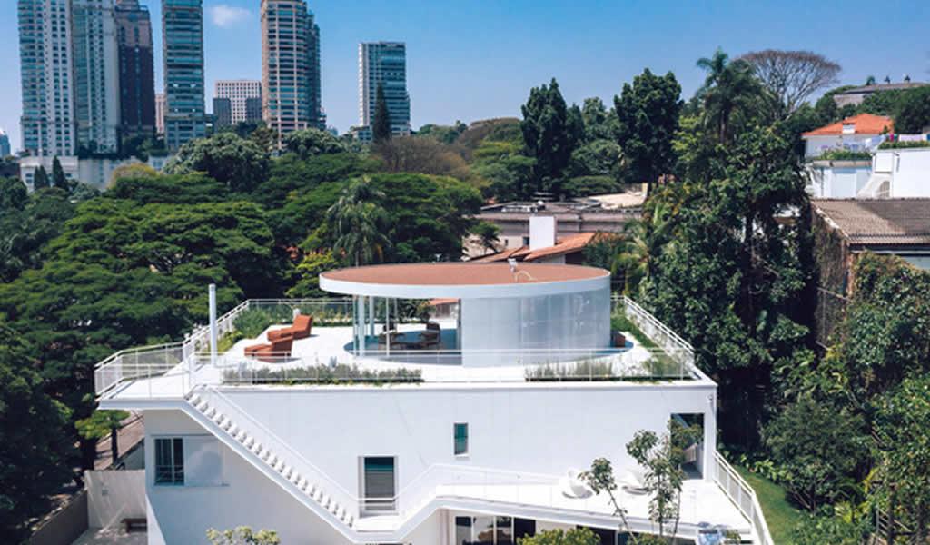 Esta casa circular en Brasil fue diseñada para el entretenimiento