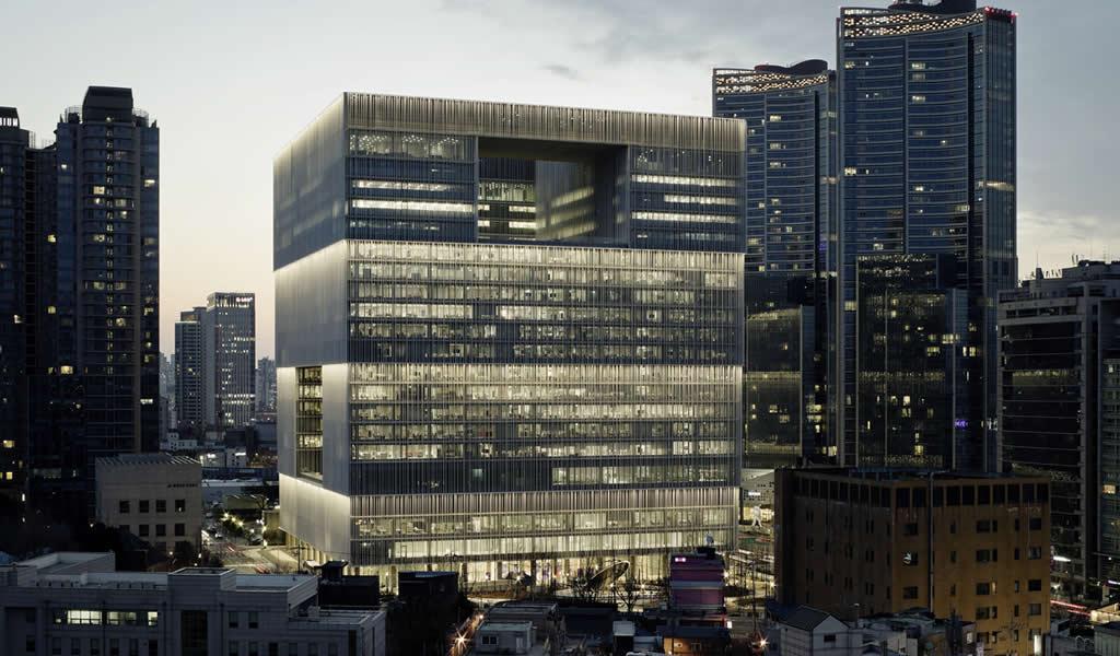 Fachadas inteligentes de vidrio: edificios que se adaptan al clima