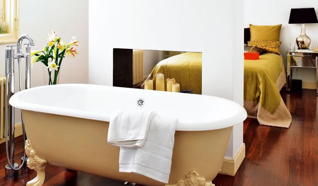 La bañera junto a la cama, ¿Absurdo o chic?