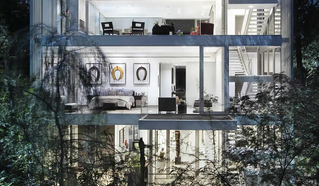 Una casa transparente que se asoma sobre las copas de los árboles
