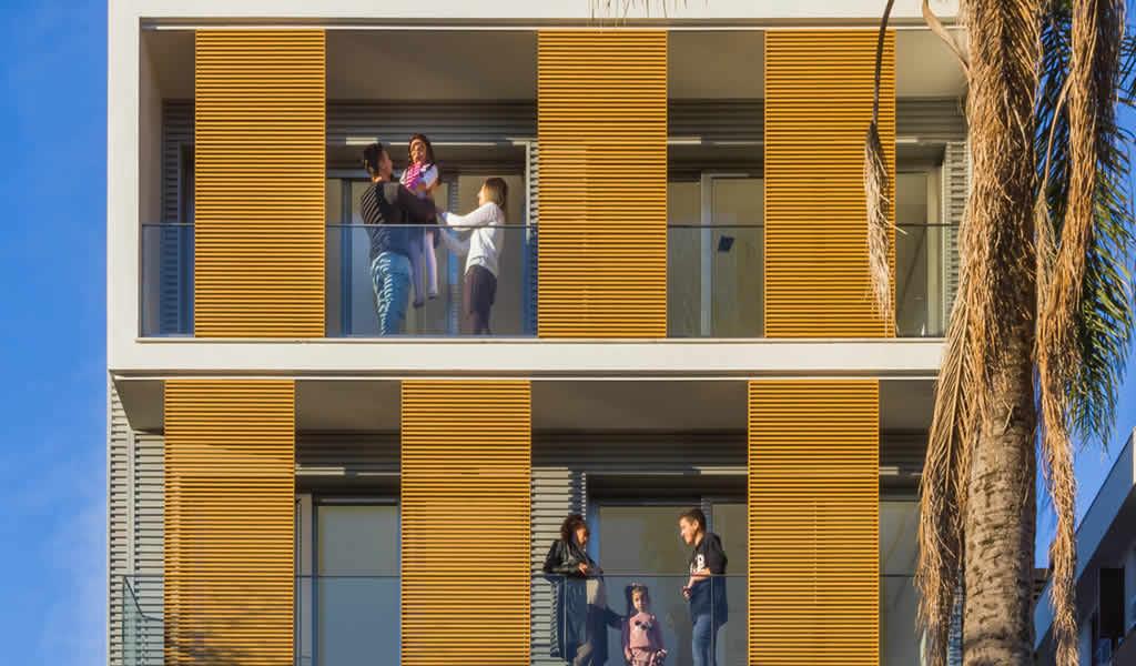 Parasoles fijos y móviles: protecciones solares para fachadas