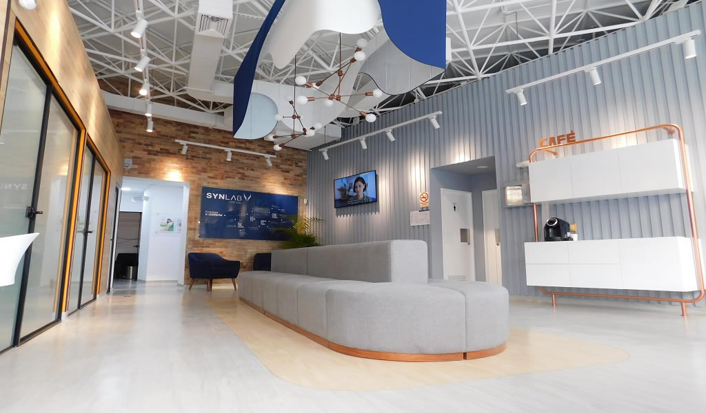 Nuevo laboratorio retail SYNLAB  / GAB STUDIO arquitectura y construcción