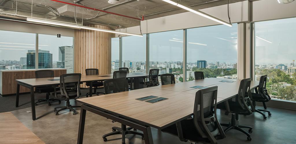 Oficinas AUNA elaboradas por Ambercrest, eligen Melaminas Vesto para sus mobiliarios