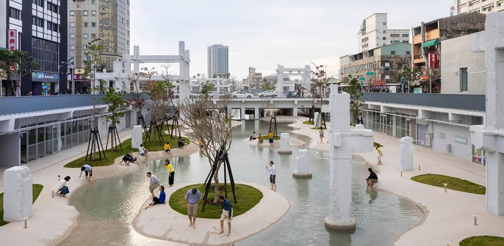 Una piscina urbana entre las ruinas de un centro comercial
