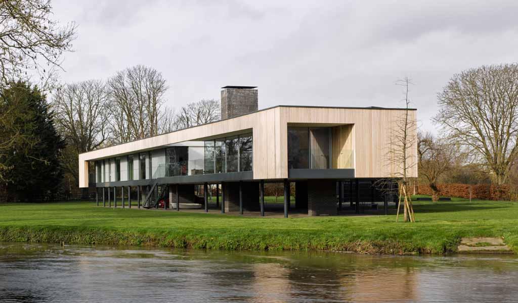 John Pardey Architects levanta una casa sobre pilotes sobre la llanura aluvial del río Támesis