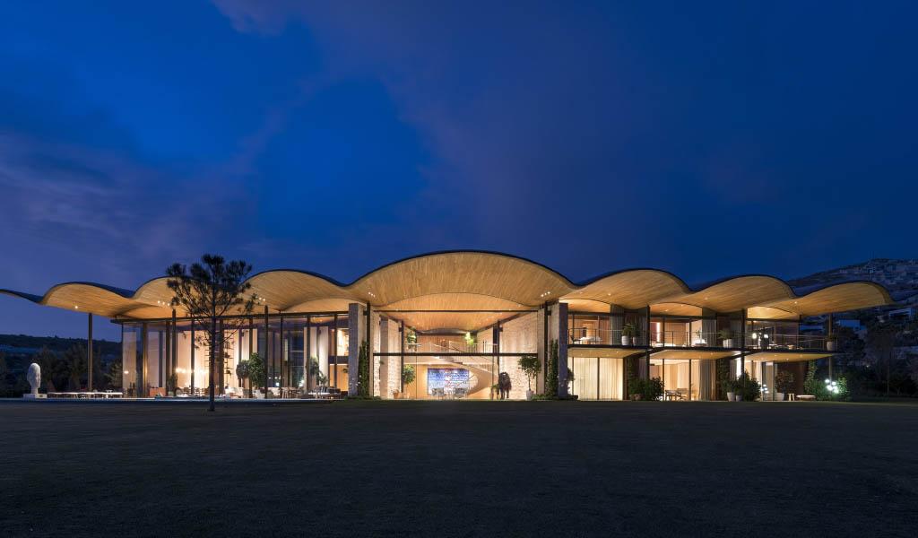 Foster + Partners alberga la Villa Dolunay en Turquía bajo un gigantesco techo ondulado