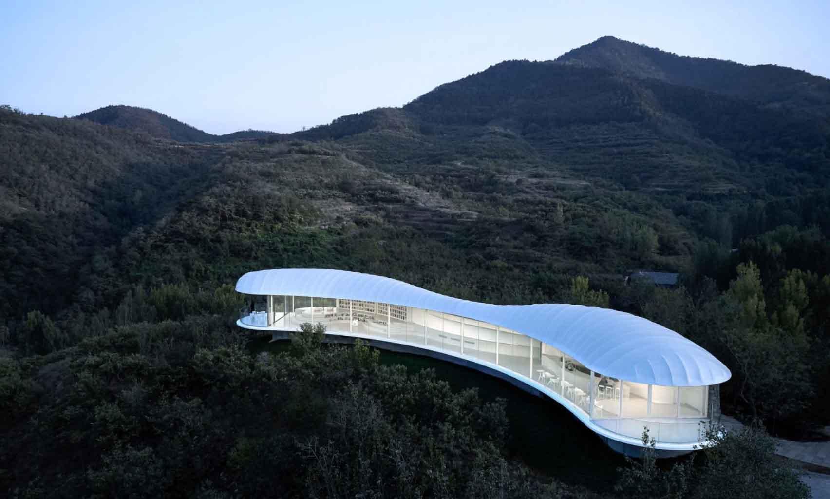 Gad Line + Studio se encarama en un pabellón blanco con forma de nube para pasar por alto la montaña sagrada en China