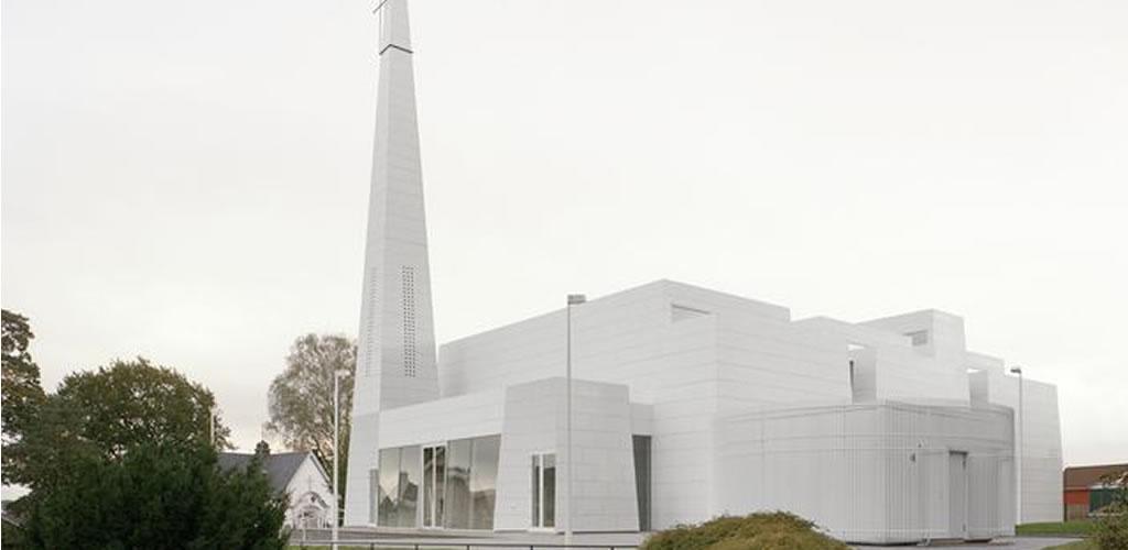Una iglesia hecha con porcelana blanca en Noruega