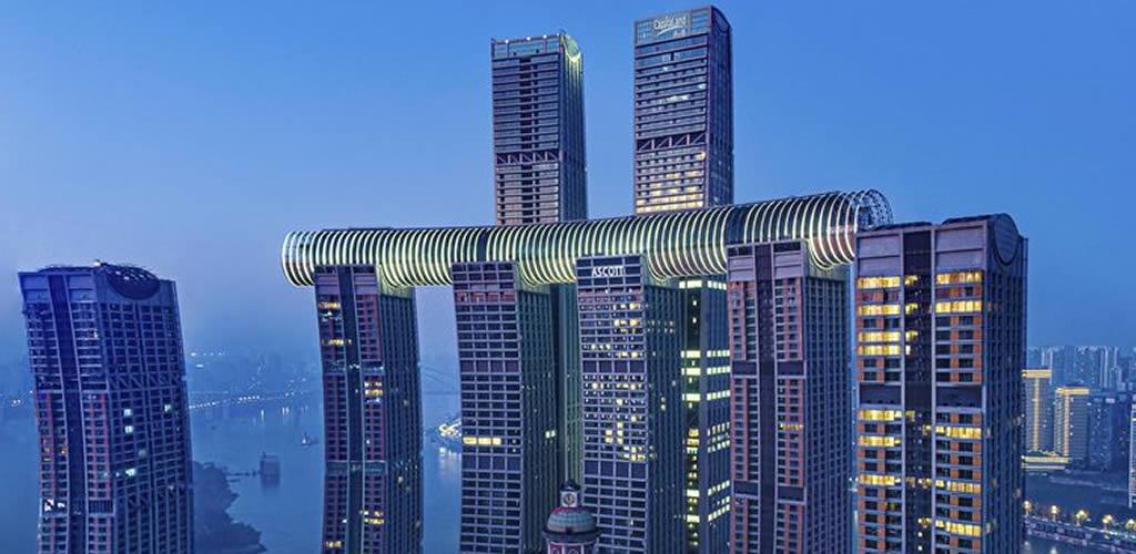 Un rascacielos horizontal sobre otros 4 rascacielos