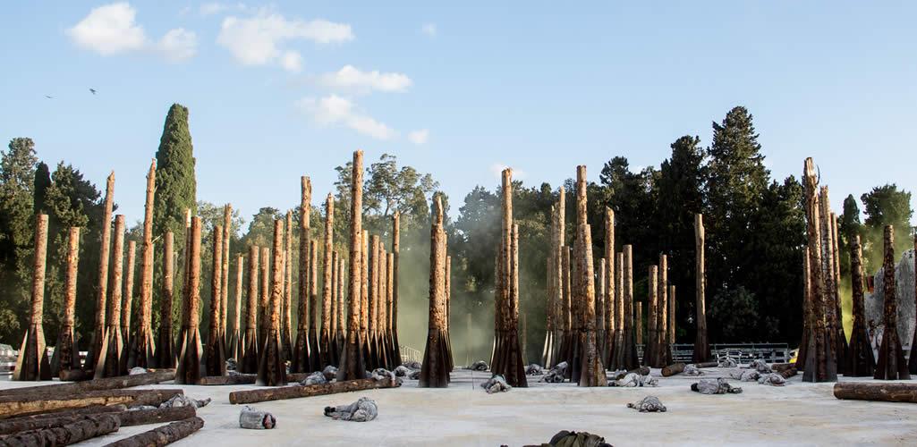 """Stefano Boeri estrena el cortometraje arquitectónico """"Troiane"""", presentando la transformación de los troncos de árboles"""