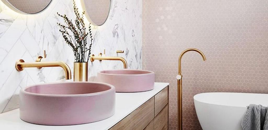 Baño moderno y elegante: apuesta por el dorado
