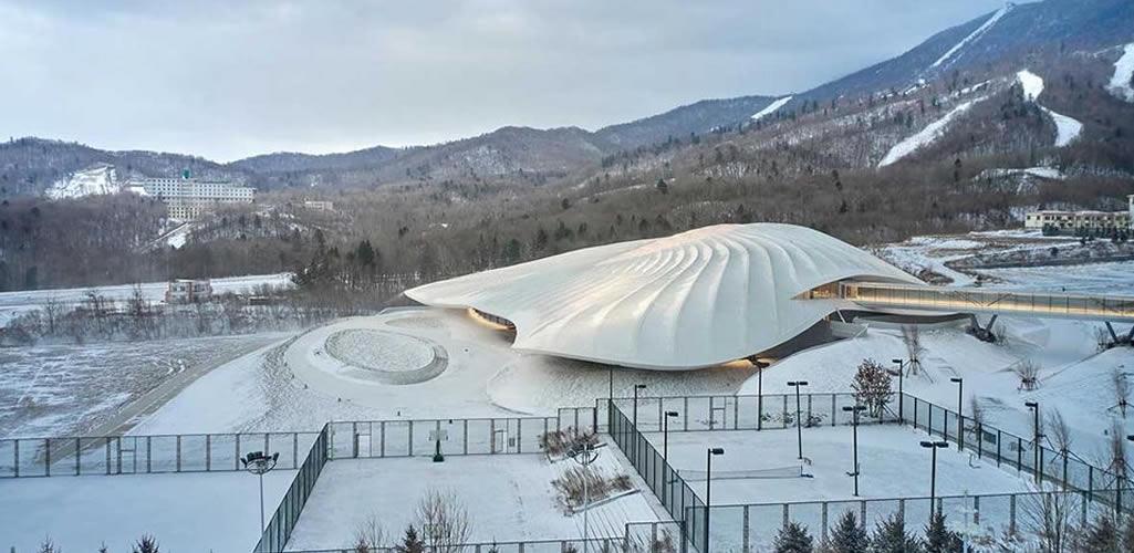 Un edificio que se camufla en las montañas nevadas de China