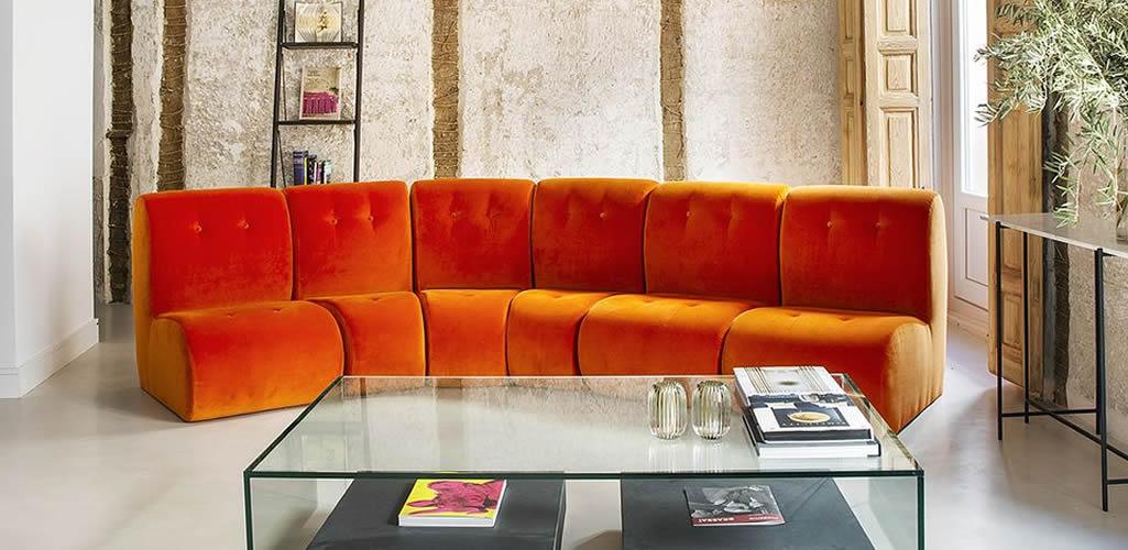 Imágenes que te convencerán para colocar un sofá naranja
