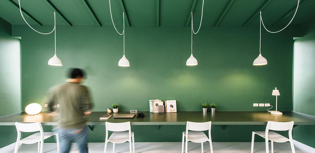 El color más allá de la estética: La psicología del verde en los espacios interiores