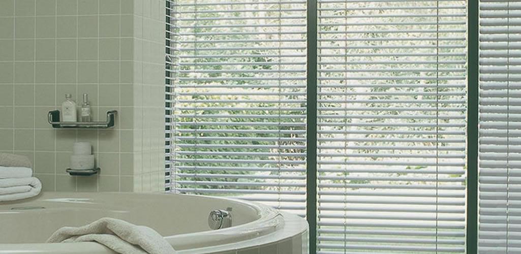Hunter Douglas: Cortinas o persianas: ¿Cuál es mejor para la ventana de un baño?