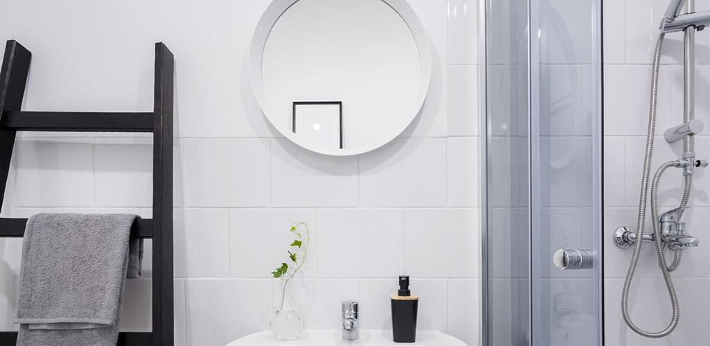 Haz que tu baño pequeño se vea más amplio con estos sencillos pasos