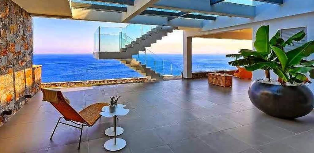 Madera, concreto o metal en una casa de playa