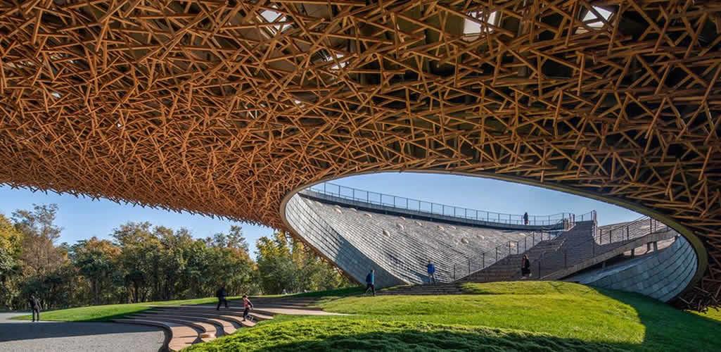 Un teatro al aire libre con un sugerente diseño orgánico