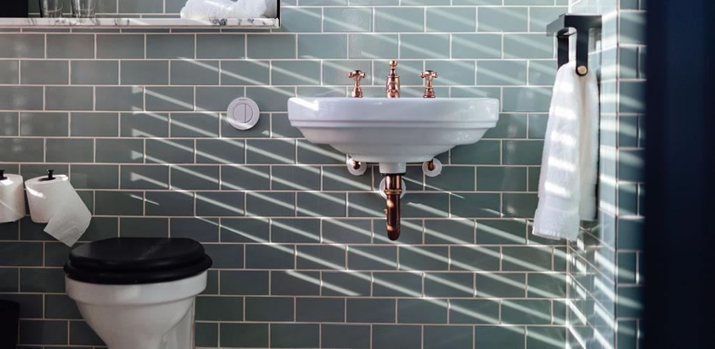 Cómo limpiar los azulejos de tu baño para acabar con las manchas de moho
